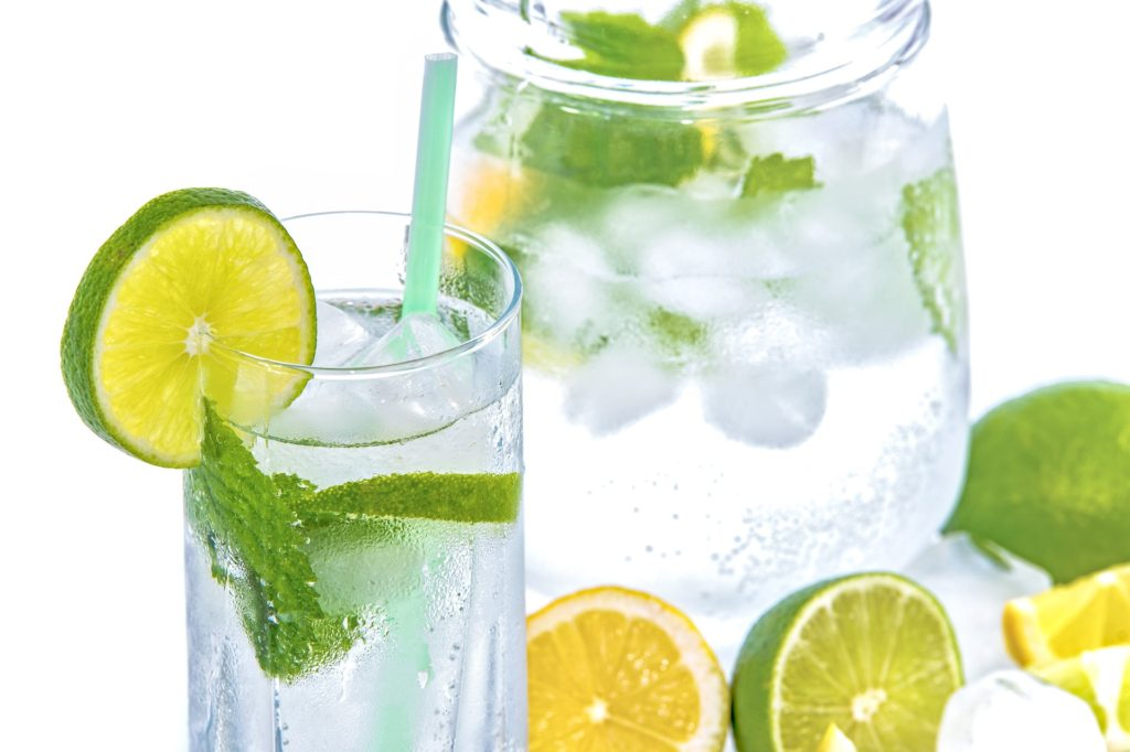 Slice of lemon and mint to glass of water